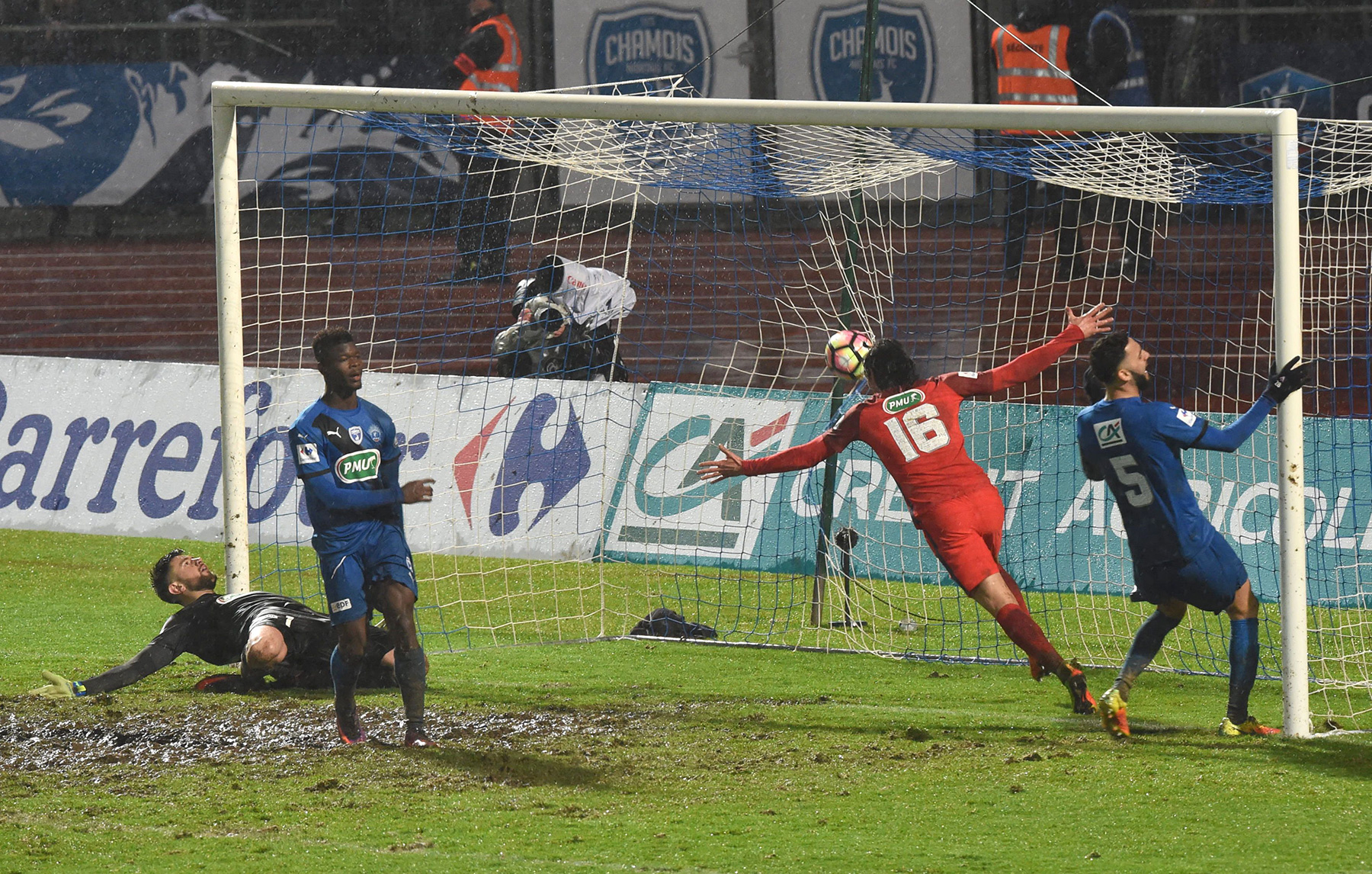 Match in photos psg squeeze past niort in coupe de france - Match psg montpellier coupe de france ...