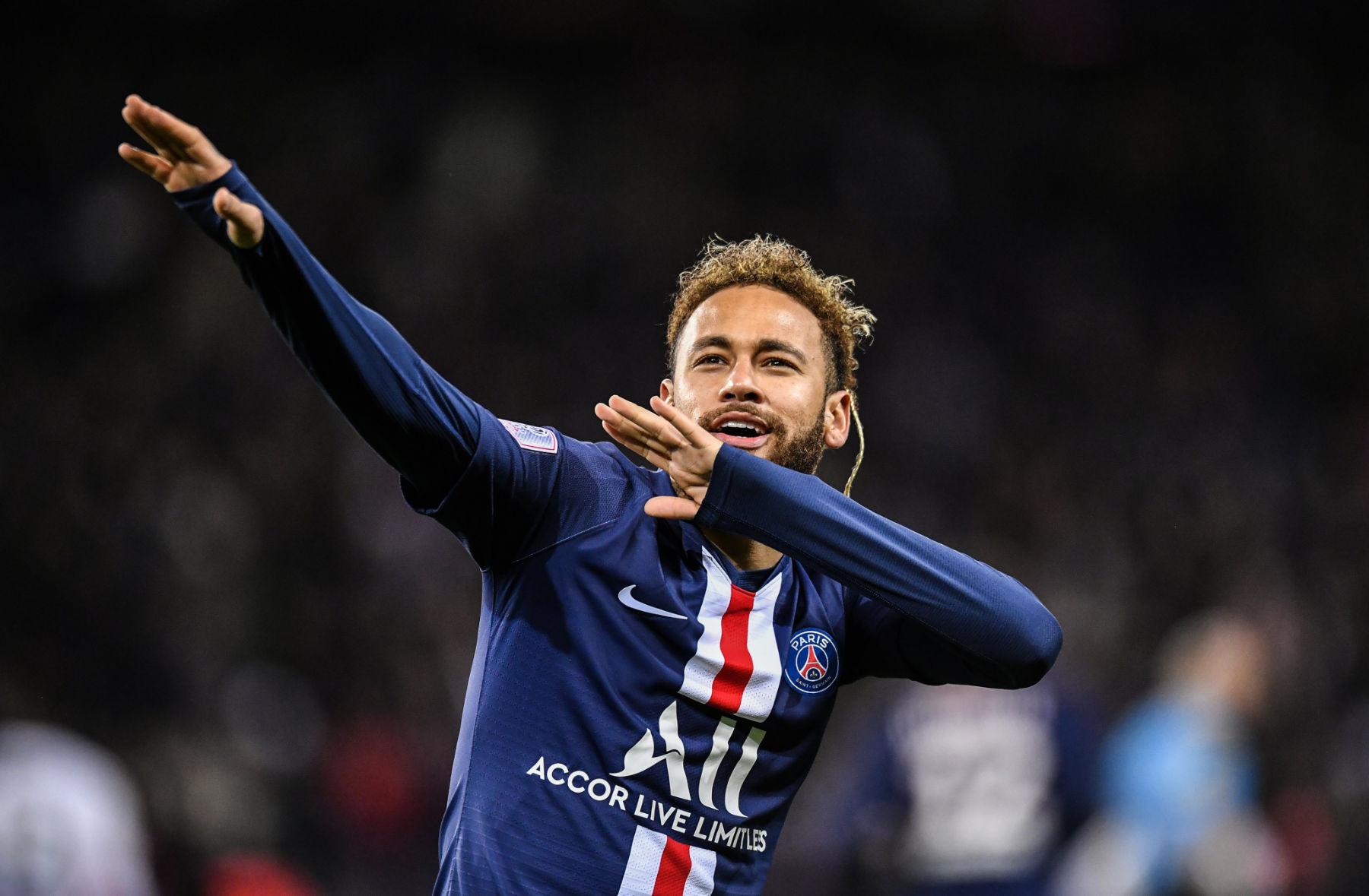 Video: Neymar Embraces PSG Supporters to Close Out 2019 - PSG Talk